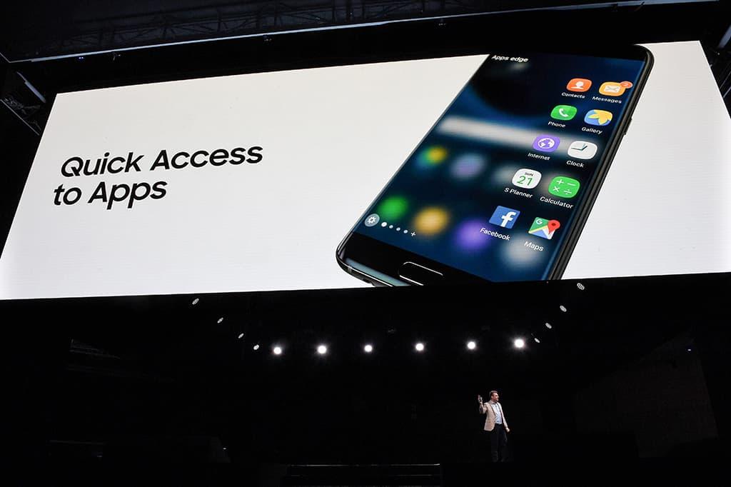 Justin Denison esittelee  uutta Samsung's Galaxy 7 -älypuhelinta lehdistölle  Mobile World Congress -tapahtumassa Barcelonassa 21. helmikuuta 2016.