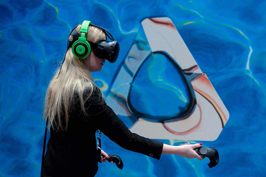 Messuvierailija testasi HTC:n kehittelemiä Vive-virtuaalitodellisuuslaseja Mobile World Congress -tapahtumassa Barcelonassa 23. helmikuuta 2016.