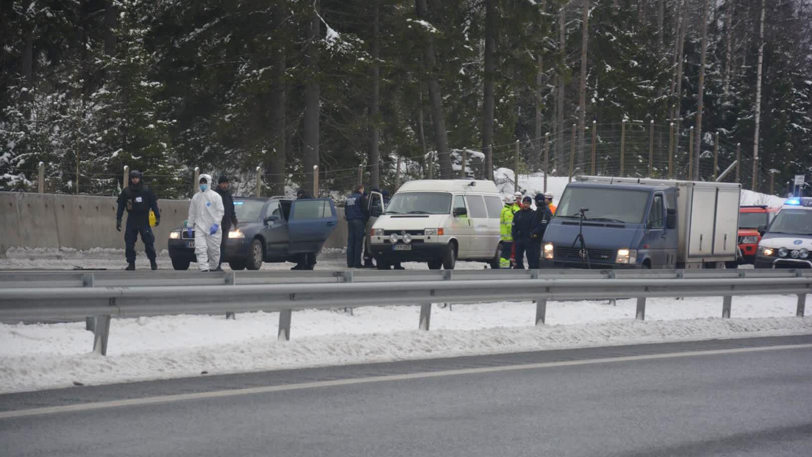 Poliisi arvokuljetusryöstön tapahtumapaikalla.
