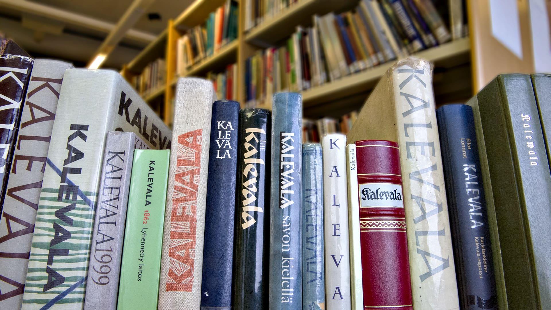 Kalevalakirjoja hyllyssä.