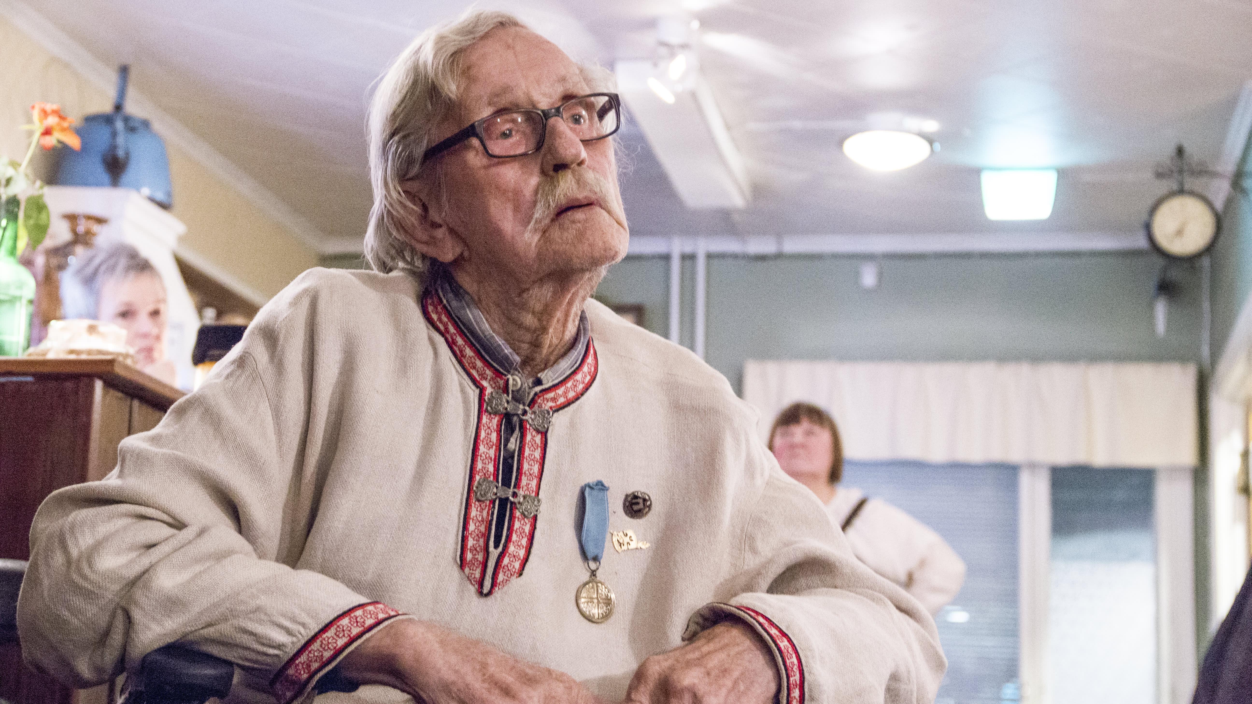 Jussi Huovinen istuu pyörätuolissa.