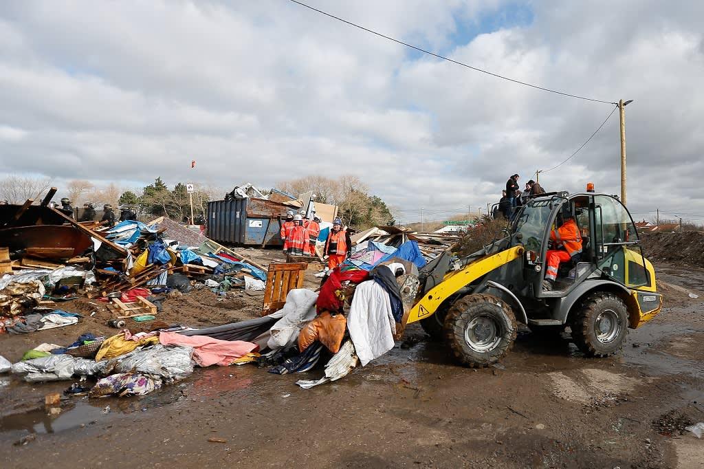 Puskutraktori Calais'n pakolaisleirissä 29. helmikuuta 2016.