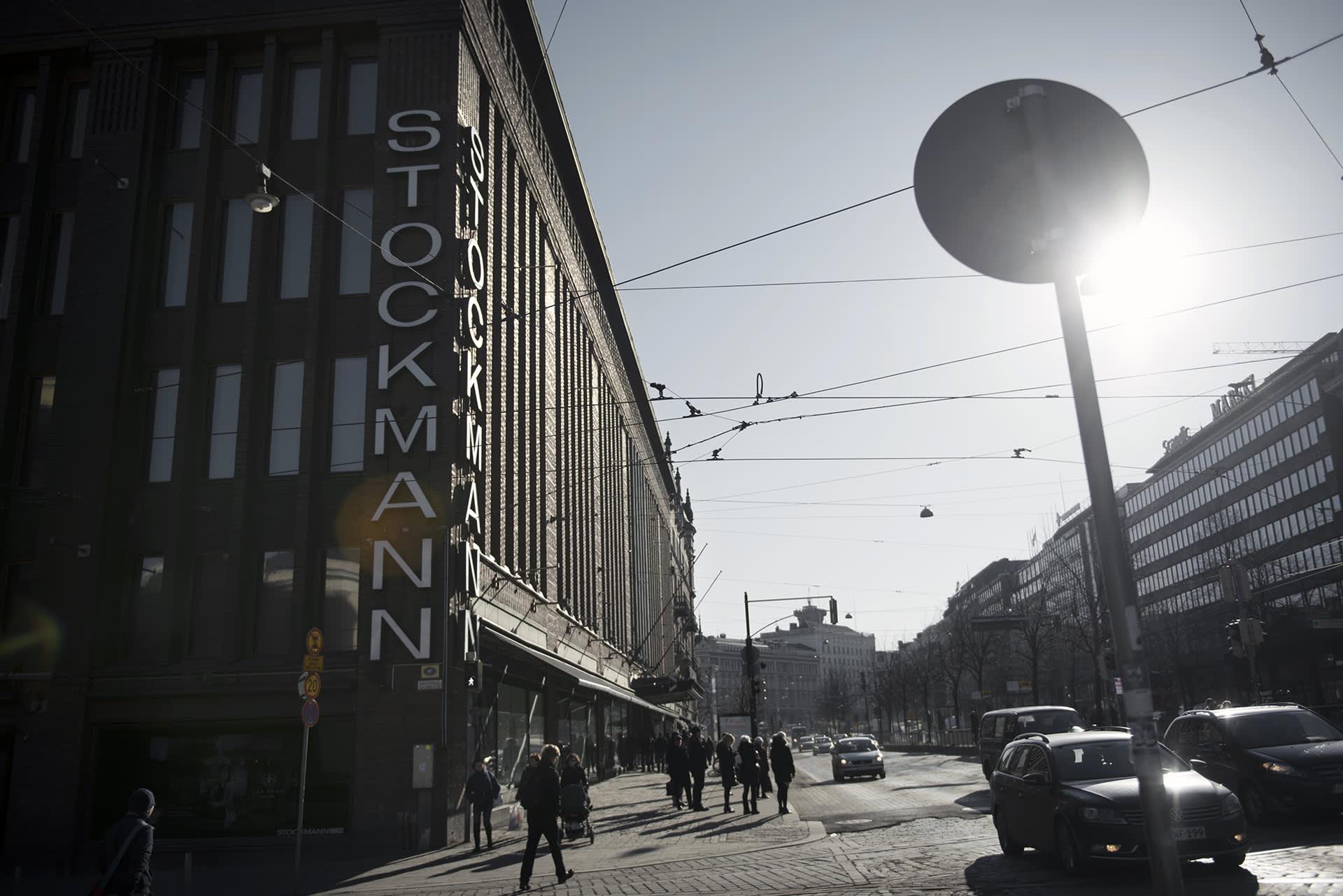 Stockmannin tavaratalo ja liikennettä Helsingin Mannerheimintiellä.