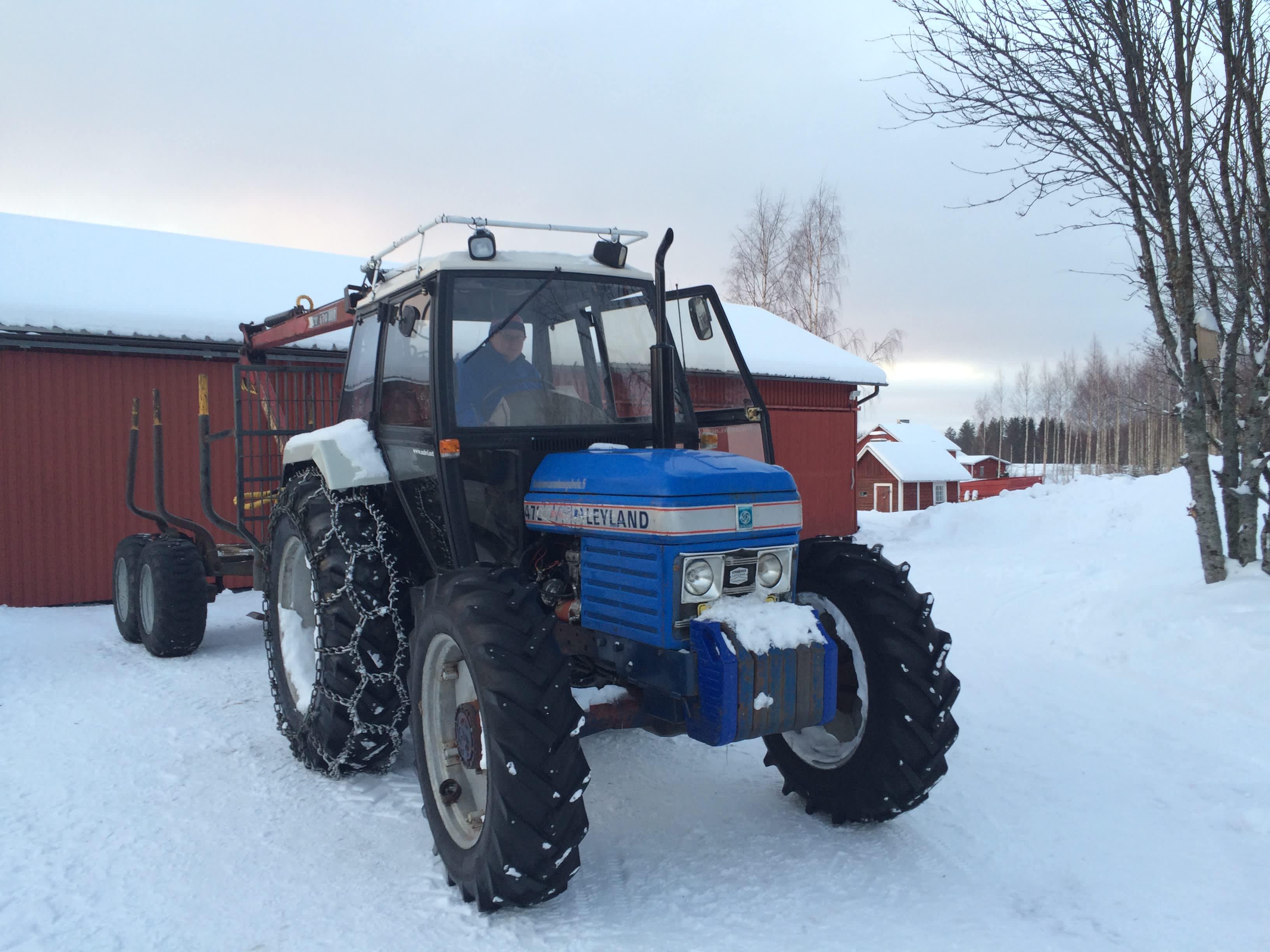Joonas Potkonen ja työkaveri Leyland-traktori Kuuksenvaarassa kotipihallaan.