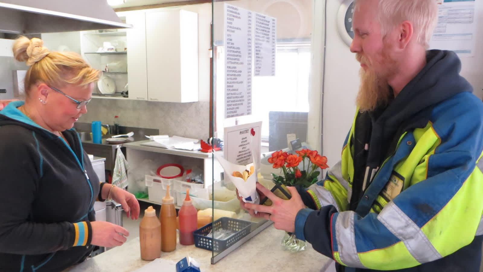 Tiina Eronen ja Olli Kokkola tekevät kauppaa perinteisestä grilliruuasta.