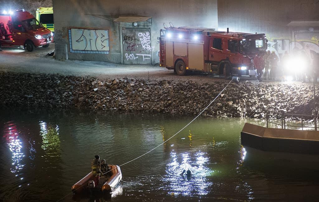 Sukeltajat ja pelastushenkilökunta etsivät auto-onnettomuuden uhreja 14. helmikuuta.