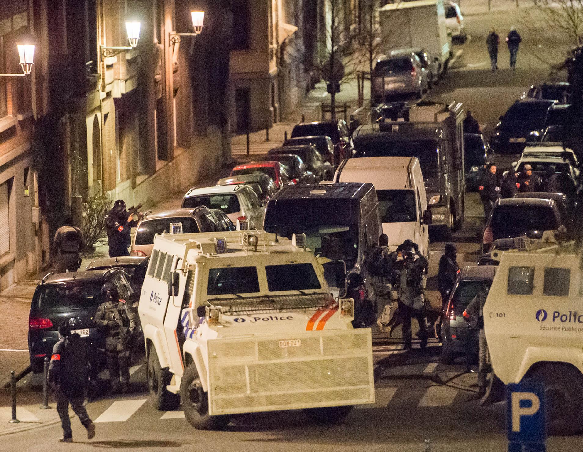 Poliiseja Shaerbeekin kaupunginosassa Brysselissä 22. maaliskuuta.