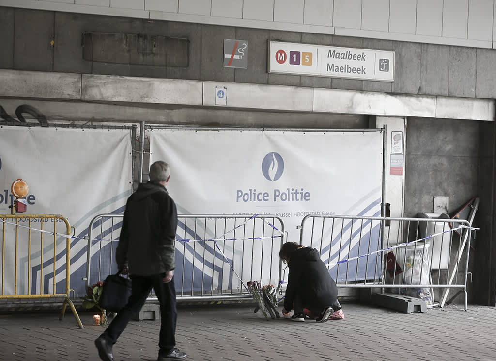 Maelbeekin metroaseman sisäänkäynti terrori-iskujen jälkeen.