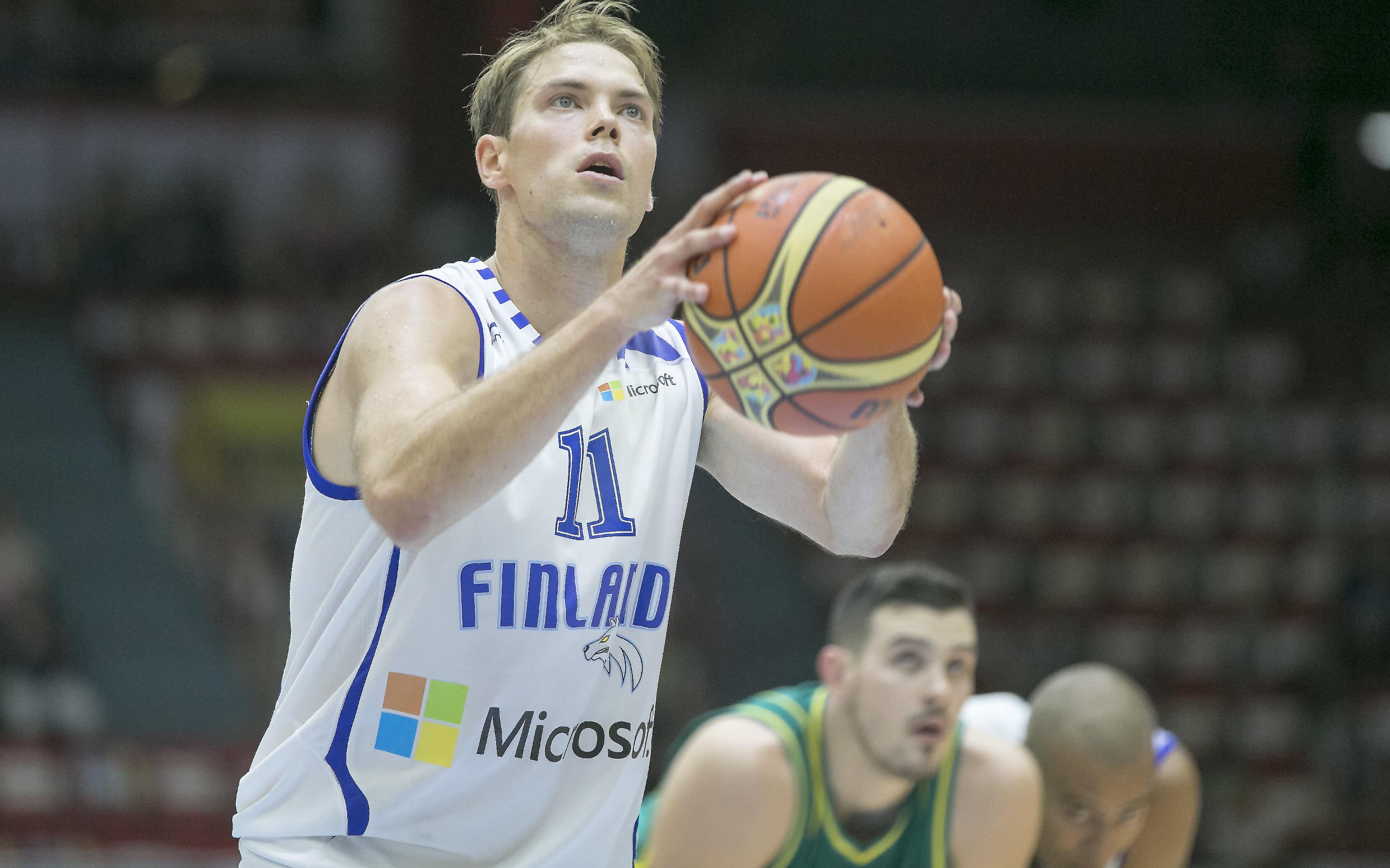 Petteri Koponen heittää palloa.