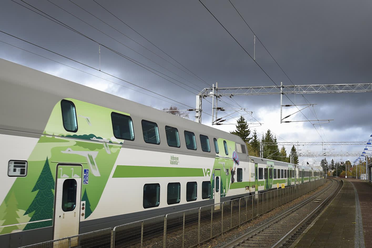 Juna ohittamassa asemaa.