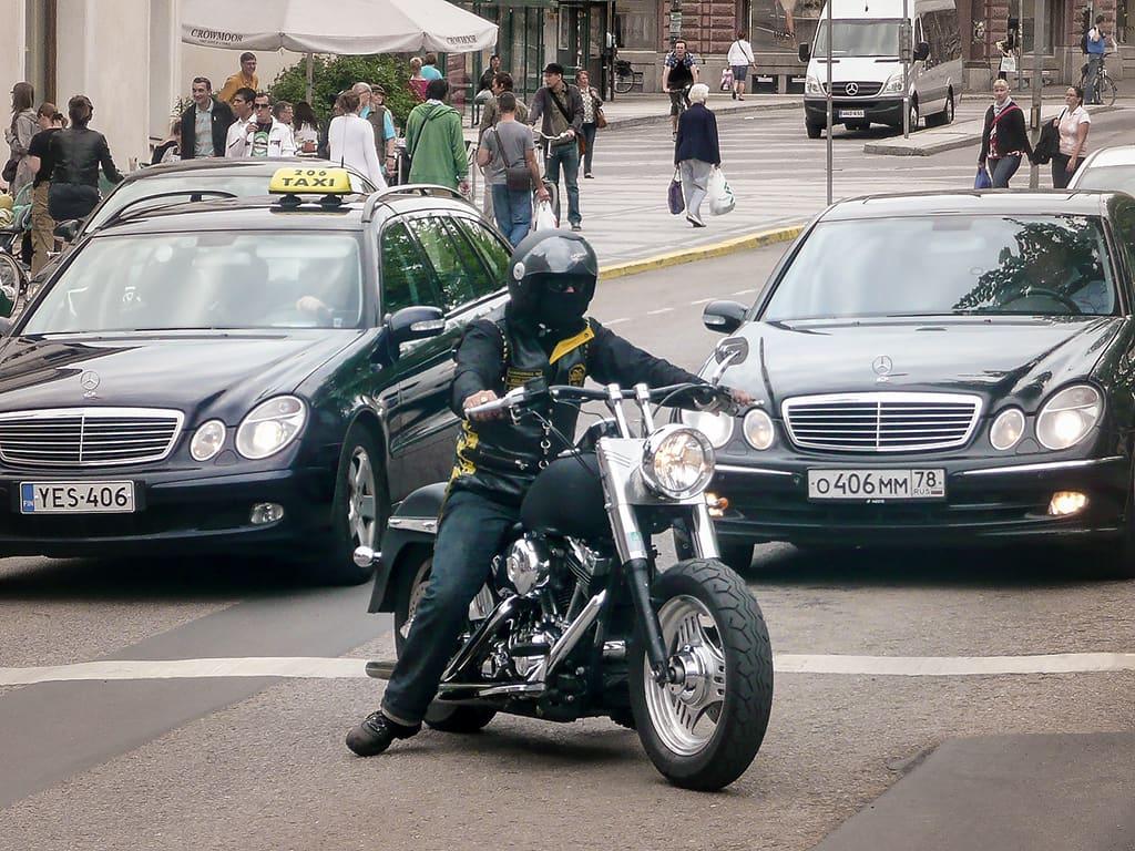 Cannonball MC:n liiviin pukeutunut moottoripyöräilijä kadulla moottoripyörällään