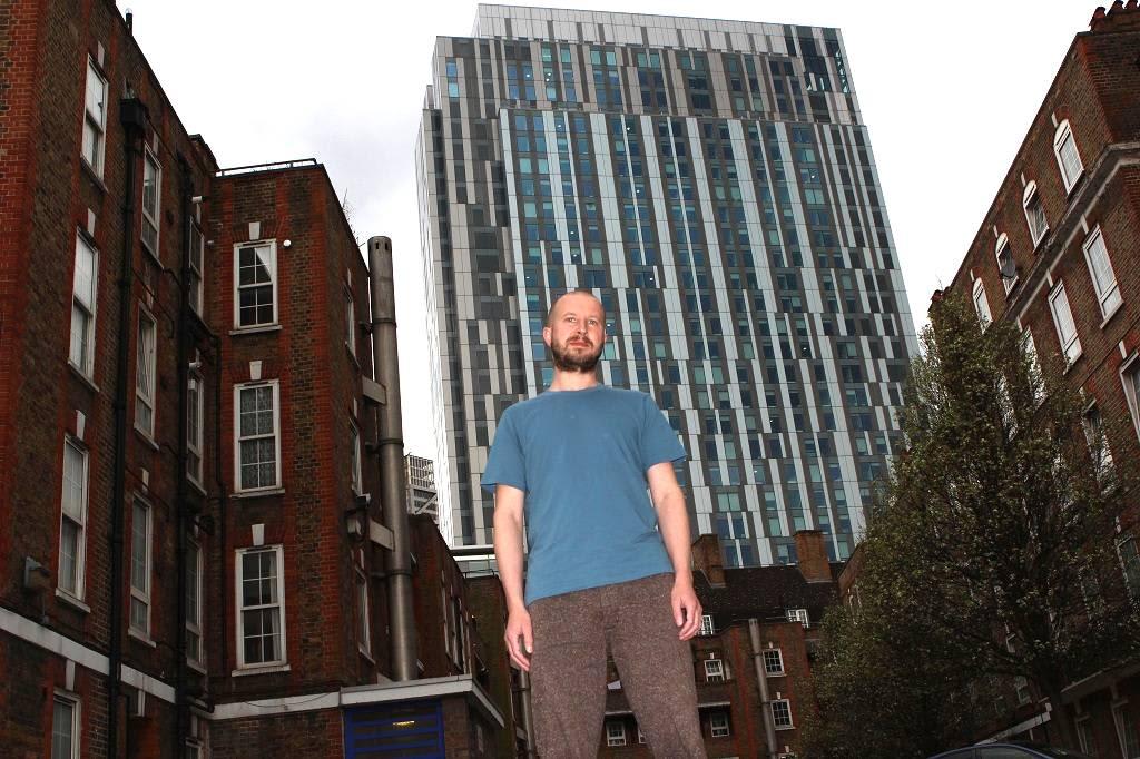 Jarrod Sanderson kerrostalon edessä Lontoossa. Sanderson alkoi naapureidensa kanssa puolustaa purku-uhan alla olevaan taloaan, sillä he uskovat purkamisaikeiden johtuvan siitä, että talon omistaja halusi paikalle tuottavampia asuntoja.