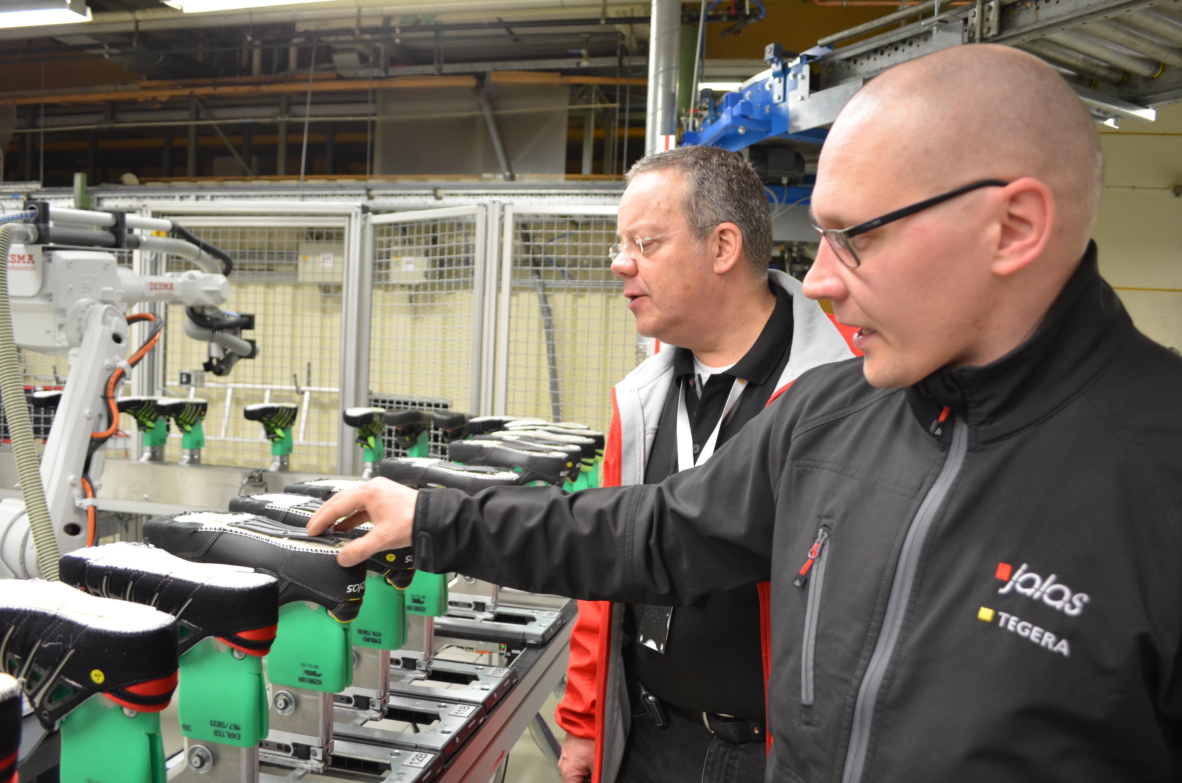 Ejendals on kehittänyt kenkävalmistaja Jalaksen tehtaalla automaatiota. Laatua varmistavat tuotanto- ja varastopäällikkö Juha Pentinmäki ja myyntijohtaja Ken Löfgren.
