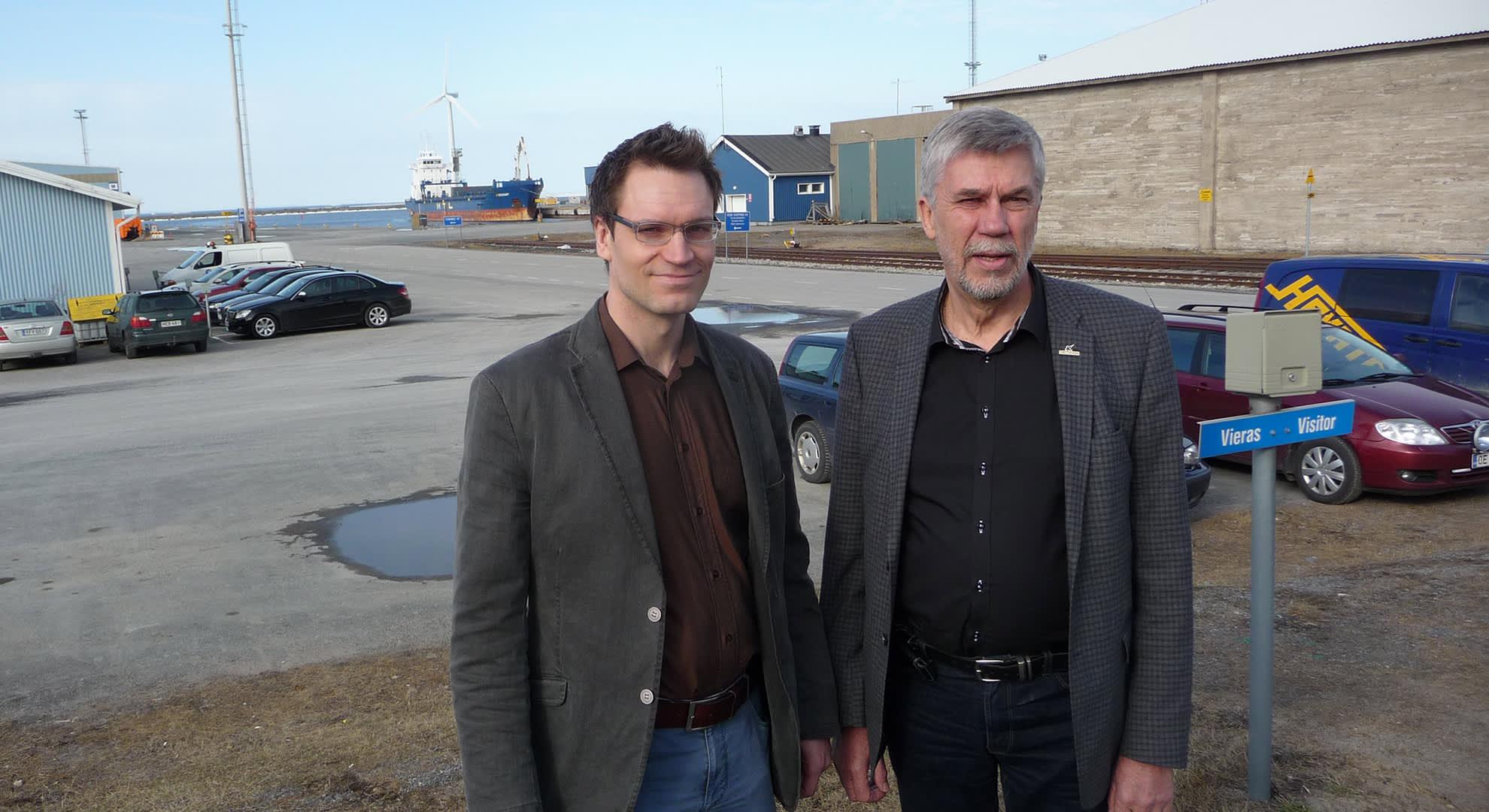Kemin sataman toimitusjohtaja Jarkko Rantsi ja eläkkeelle siirtyvä toimitusjohtaja Reijo Viitala, kuvassa oikealla.