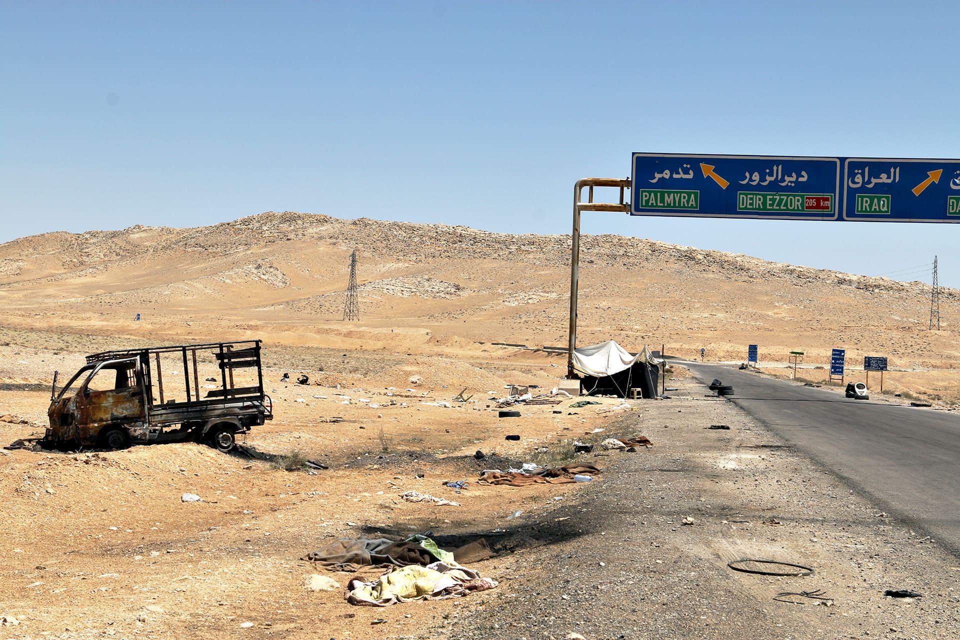 Taistelun jälkiä Palmyraan vievän tien laitamilla.