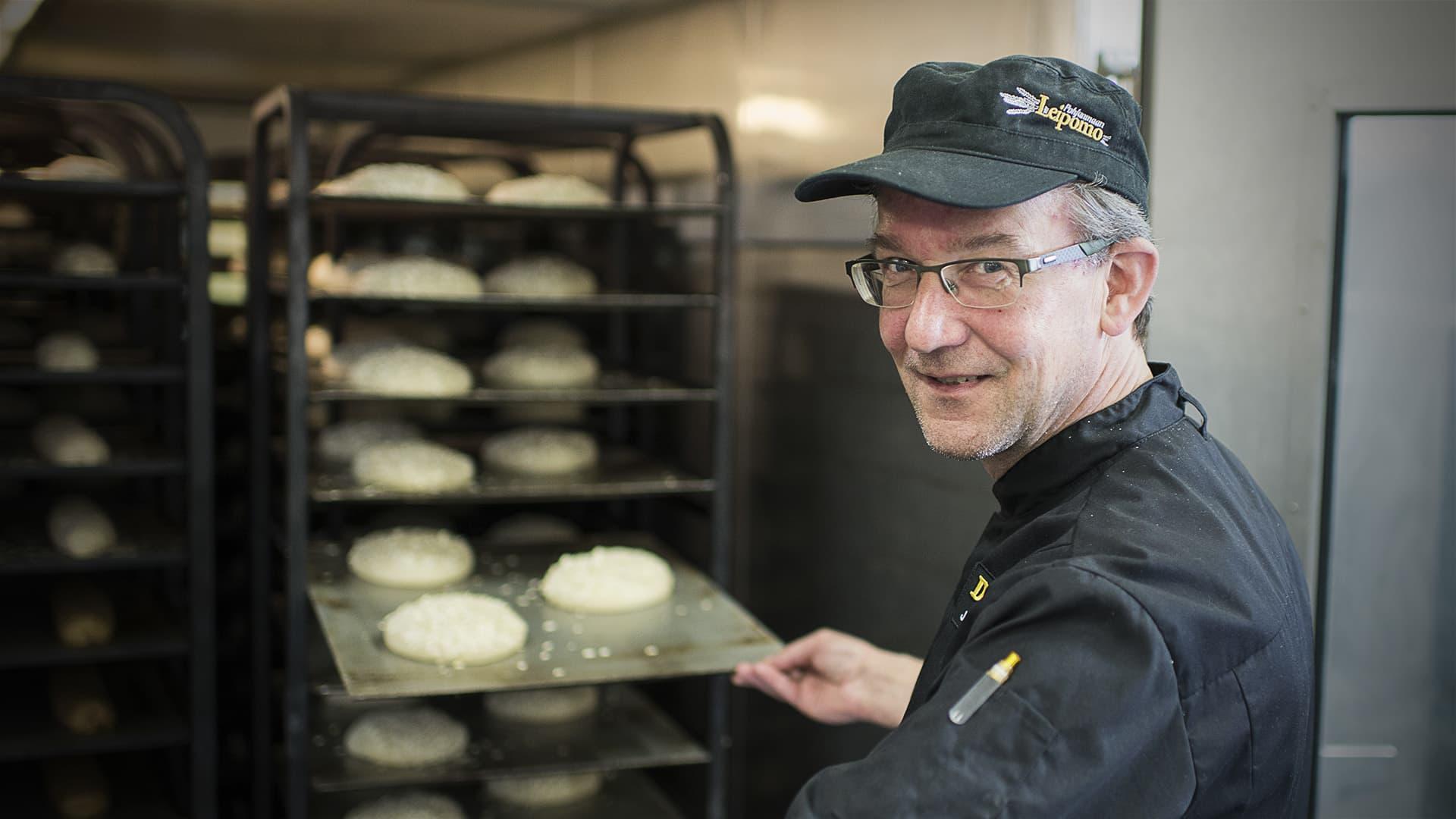 Jarmo Matikainen esittelee leipiä.