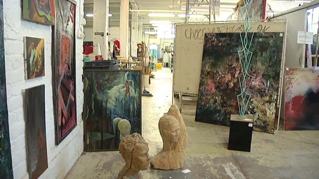 Taideinstituutin sisätila, esillä taideteoksia