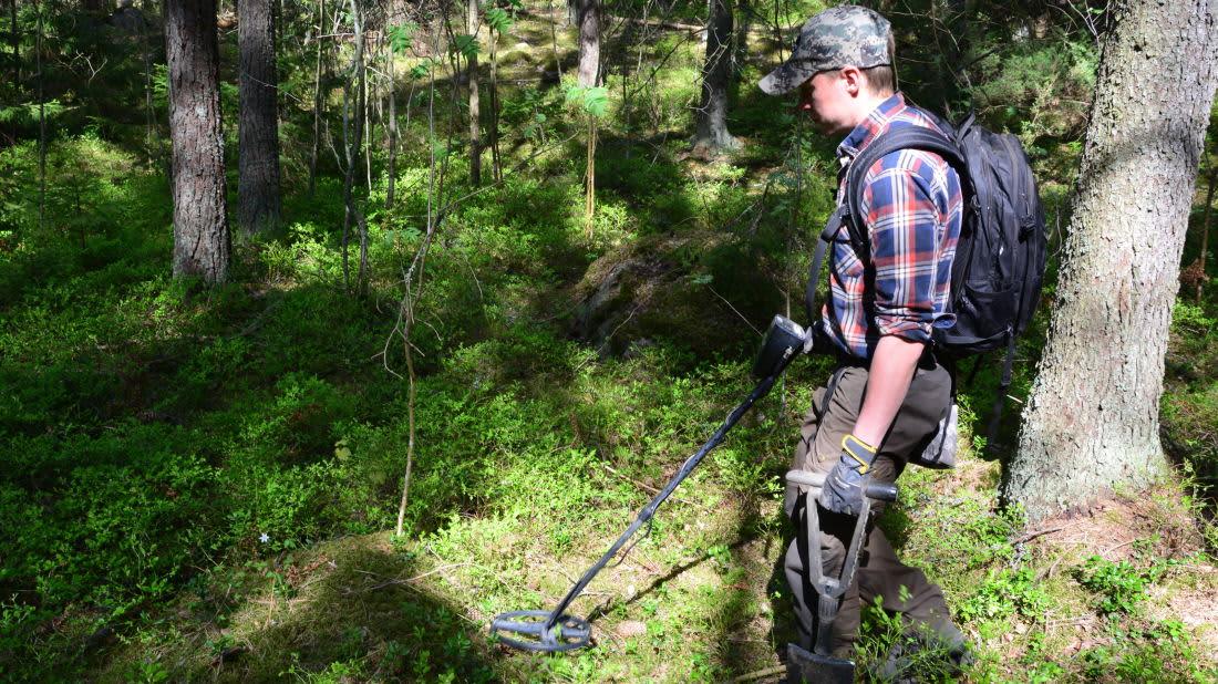 Joel Jokelainen etsii metallia metsässä.