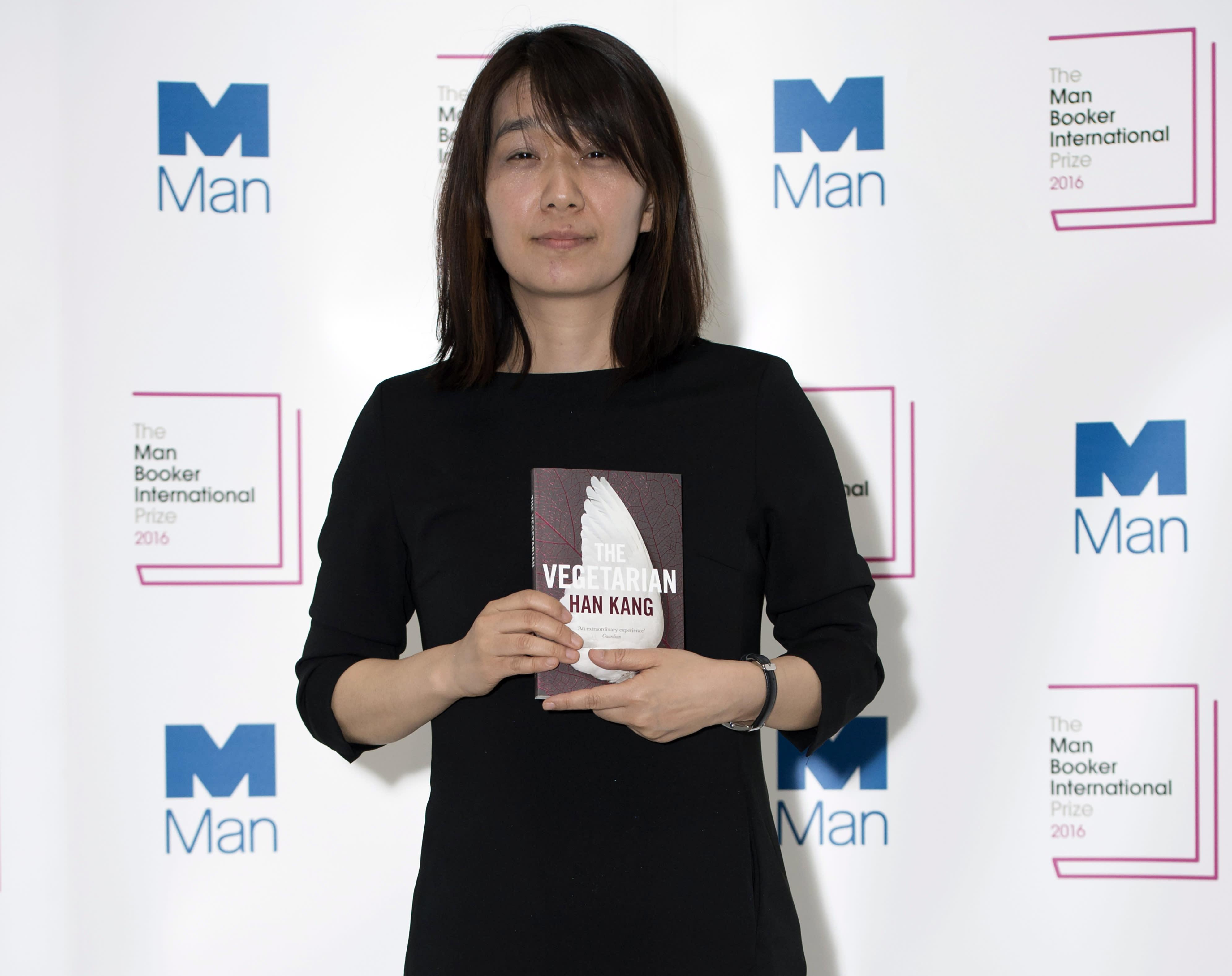 Eteläkorealainen Han Kang ja teoksensa The Vegetarian on valittu kansainvälisen Man Booker -kirjallisuuspalkinnon saajaksi. Palkinto jaettiin Lontoossa 16.5. 2016.