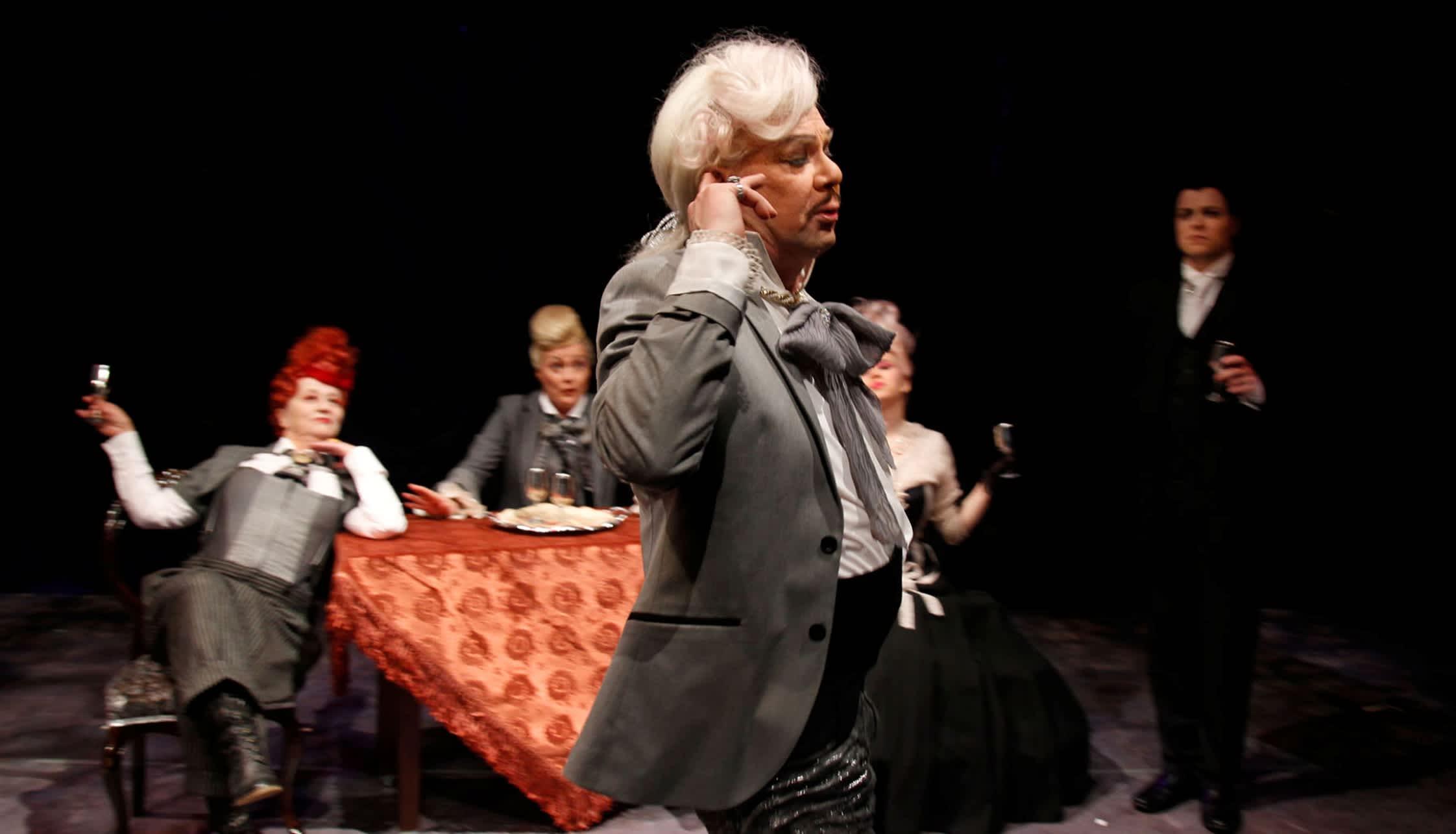 Ilmo Ranne Amadeuksena Kouvolan teatterissa.