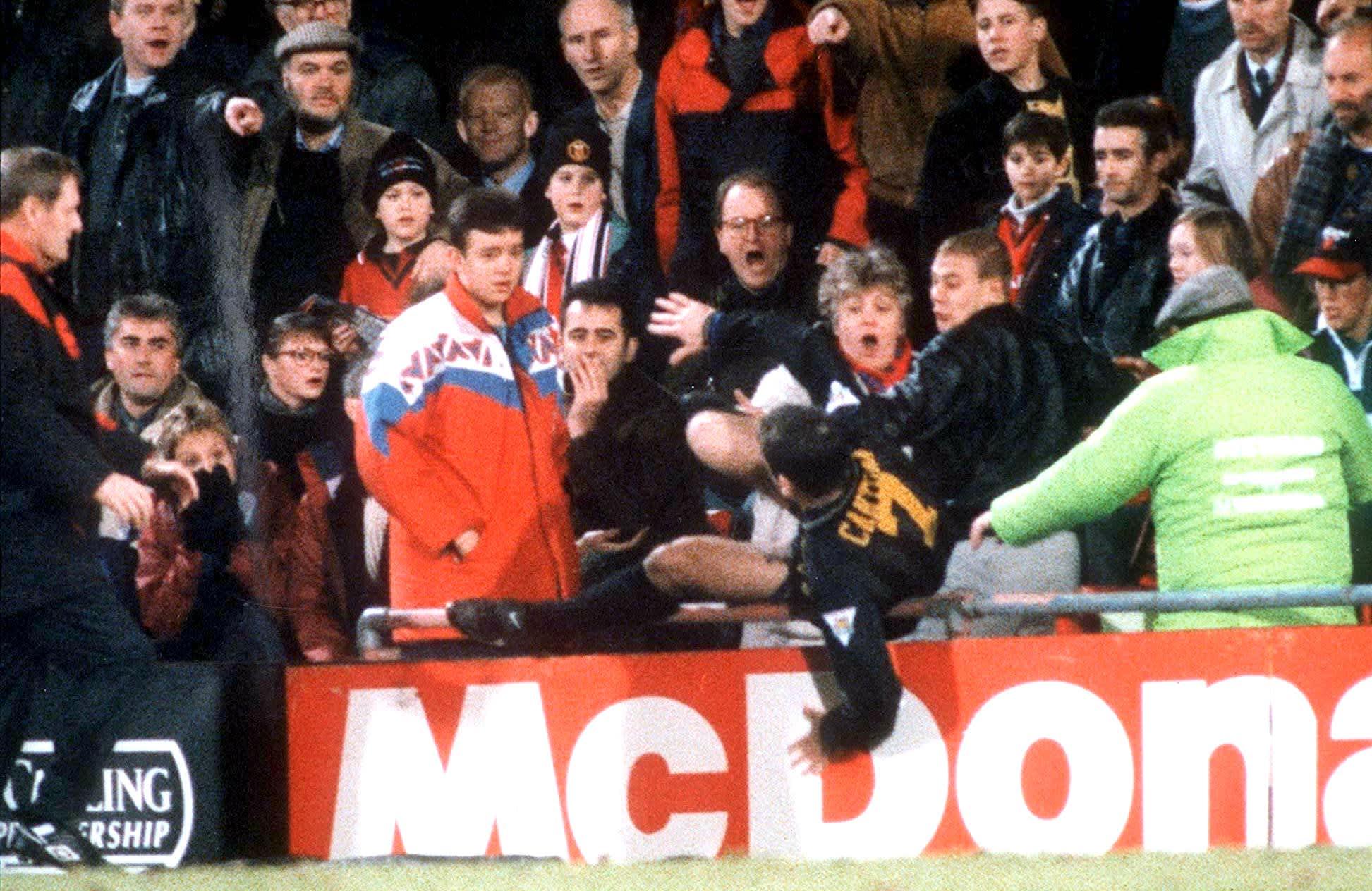 Cantona potkaisee fania