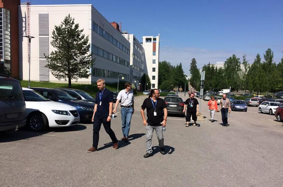 Microsoftin työntekijöitä tulossa tiedotustilaisuudesta Tampereella.