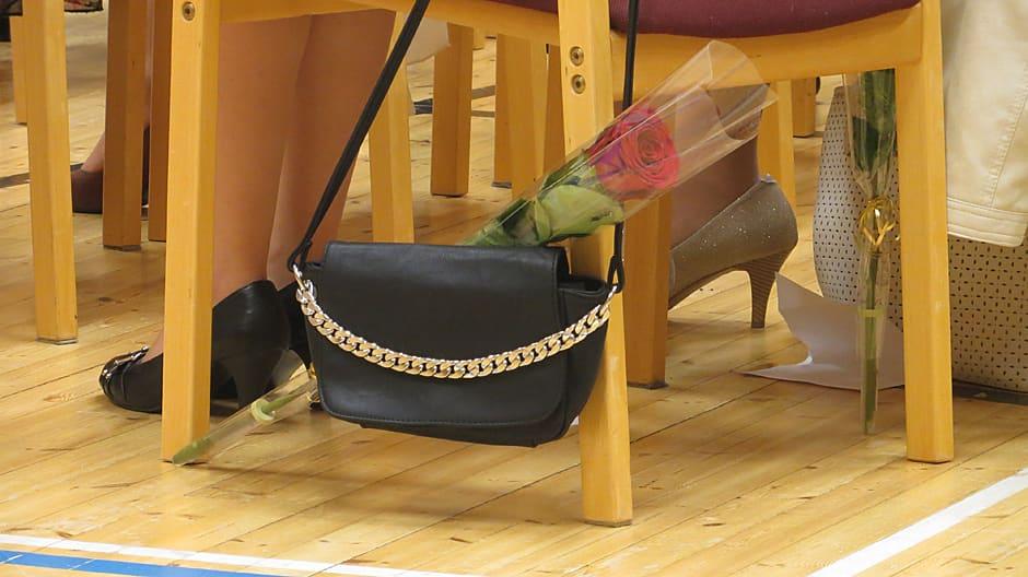 Ruusu ja laukku koulun juhlassa.