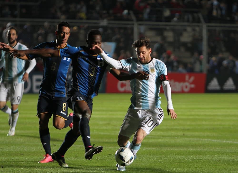 Hondurasin Maynor Figueroa ja Argentiinan Lionel Messi kamppailevat pallosta.