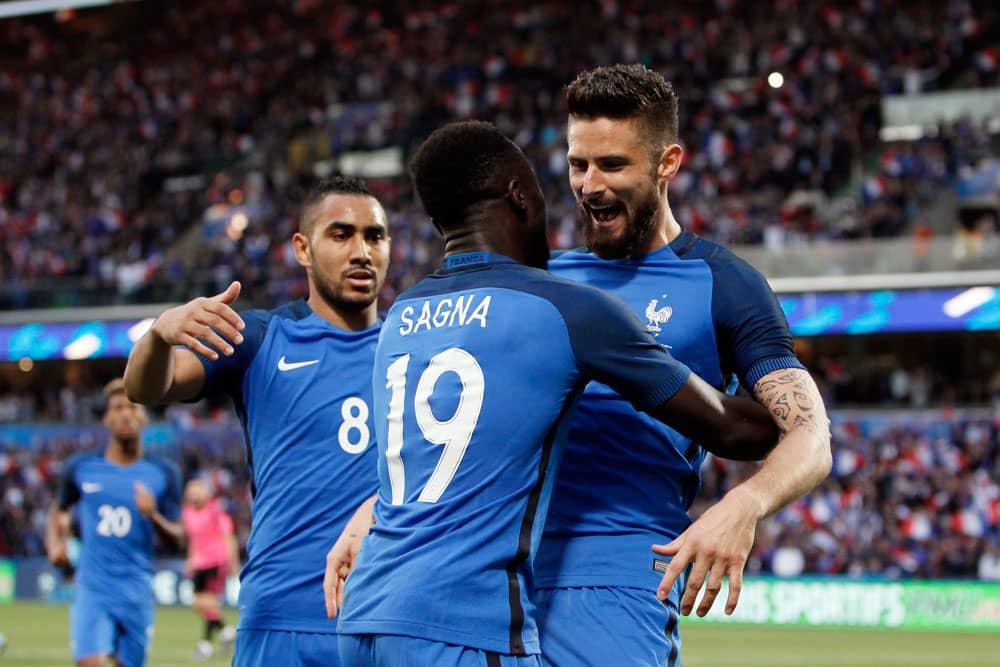 Ranskan Dimitri Payet, Bacary Sagna ja Olivier Giroud juhlivat maalia.