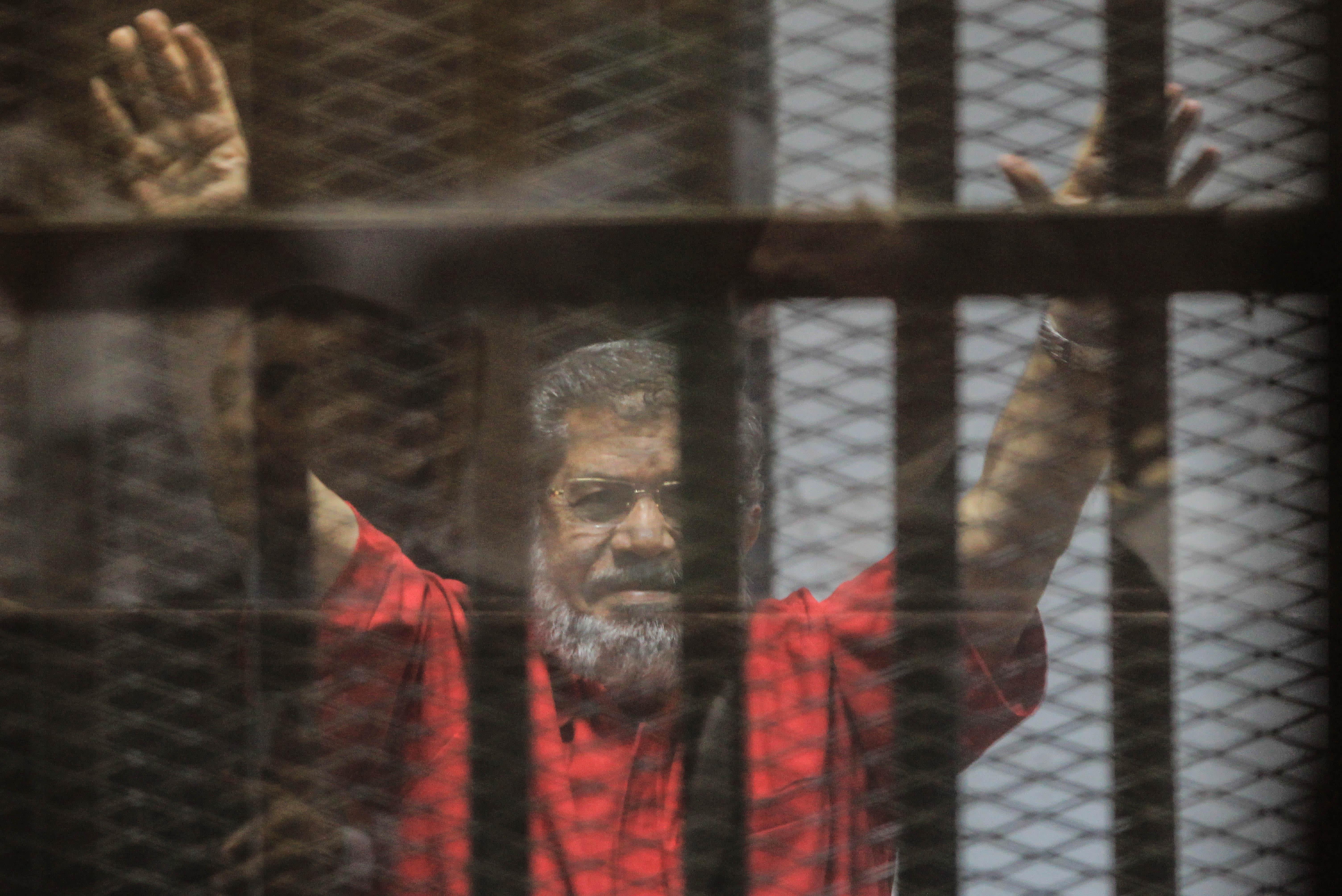 Egyptin syrjäytetty presidentti Muhammad Mursi elehti kameroille vakoiluoikeudenkäynnissä Kairossa lauantaina.