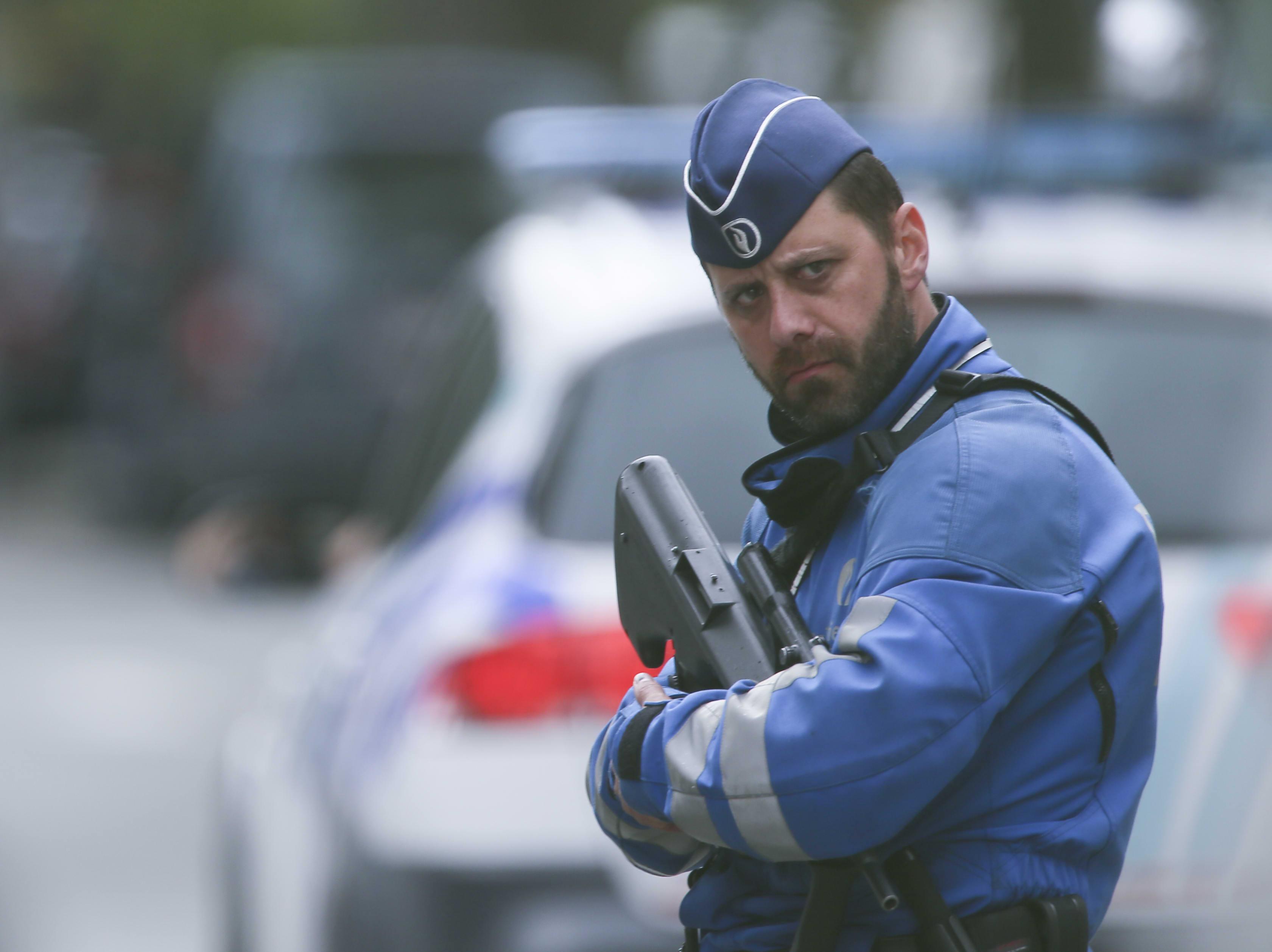 Poliisi vartioi Brysselissä perjantaina katua, jolla rekonstruoitiin maaliskuisen terrori-iskun kulkua. Pelot uudesta terrori-iskusta ovat kasvaneet jalkapallon EM-kisojen aikana.