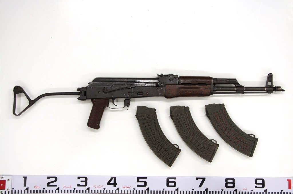 Poliisin rikostutkinnan yhteydessä löytämä DDR -valmisteinen MPiK eli Maschine Pistole Kalasnikov. Ase tuli Suomeen deaktivoituna ja reaktiovoitiin eli saatettiin ampumakuntoon.