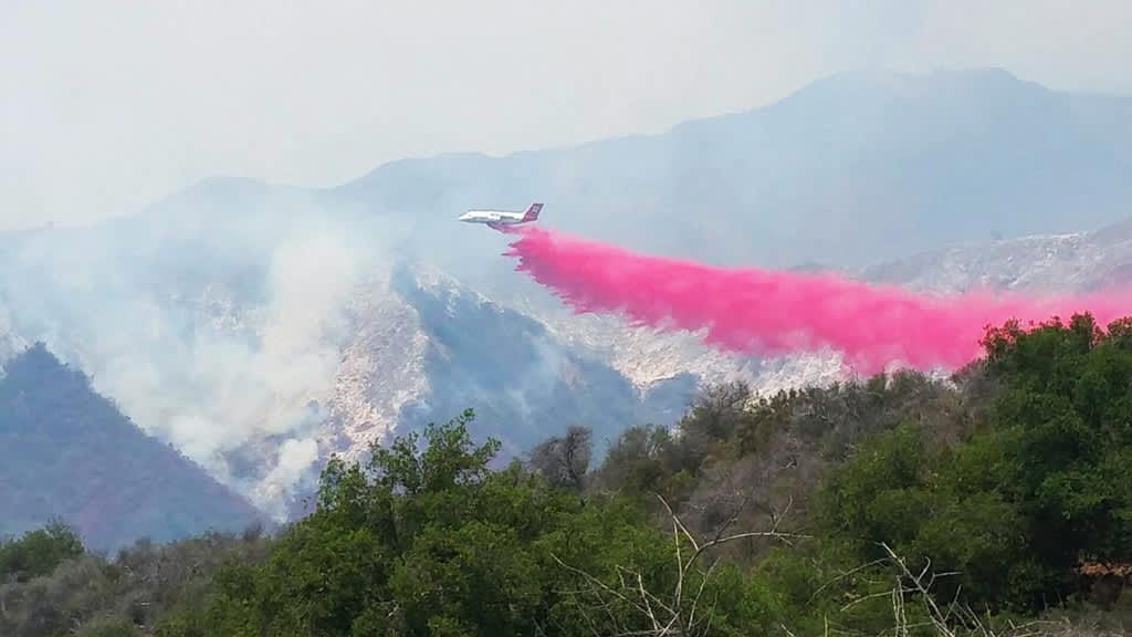 Maastopaloa sammutetaan Santa Barbaran alueella 17. kesäkuuta.