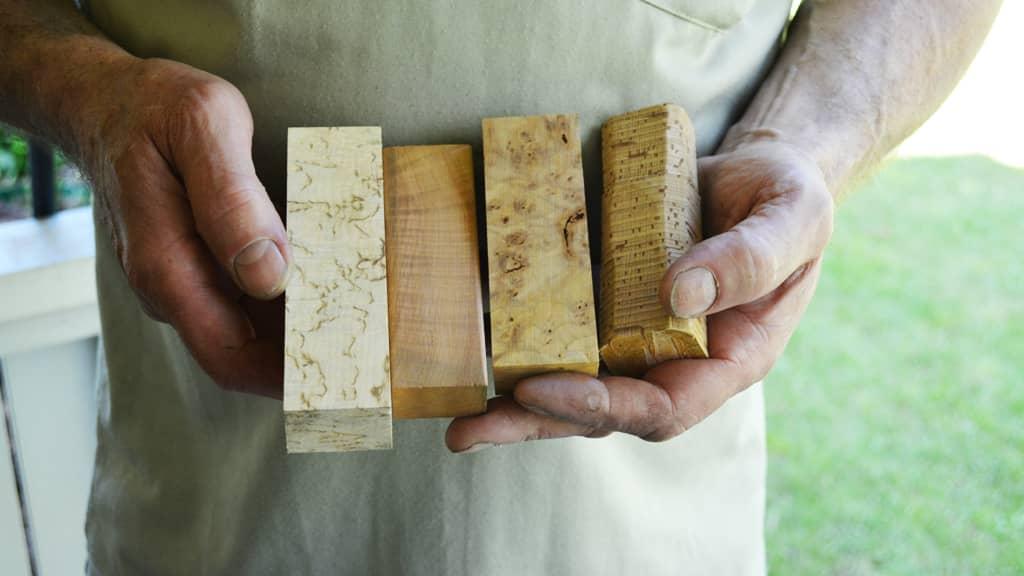 Puupaloja, joista tehdään kahvoja Tommi-puukkoihin.