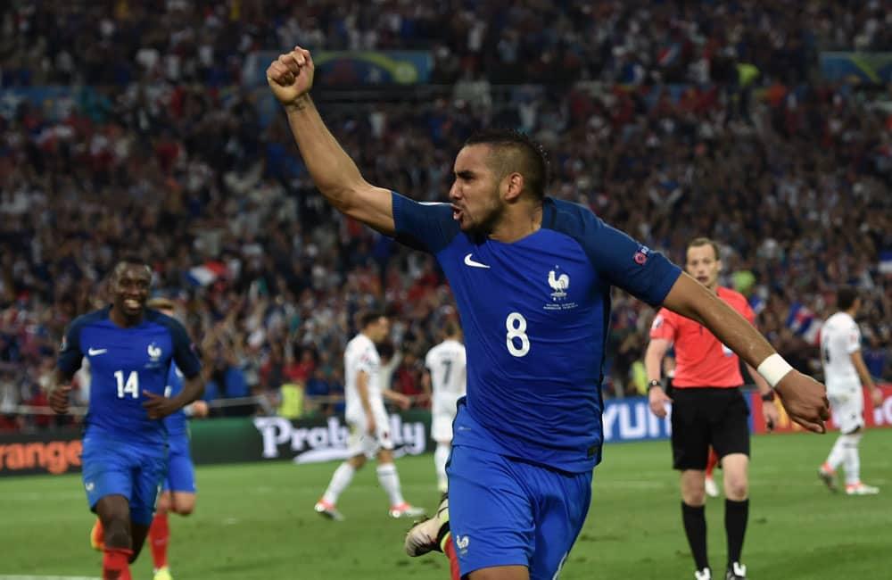 Ranskan Dimitri Payet tuulettaa maalia.