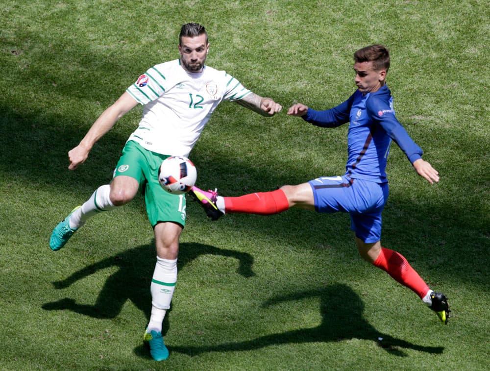 Irlannin Shane Duffy ja Ranskan Antoine Griezmann kamppailevat pallosta.