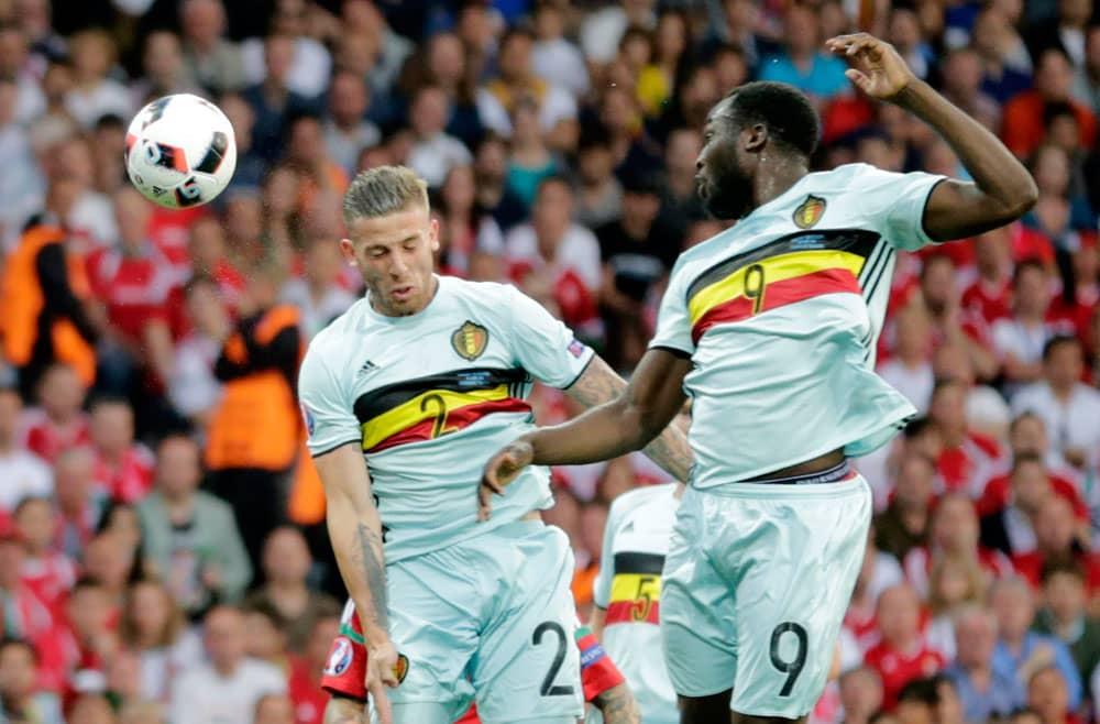 Belgian Toby Alderweireld ja Romelu Lukaku nousevat keskityspalloon.