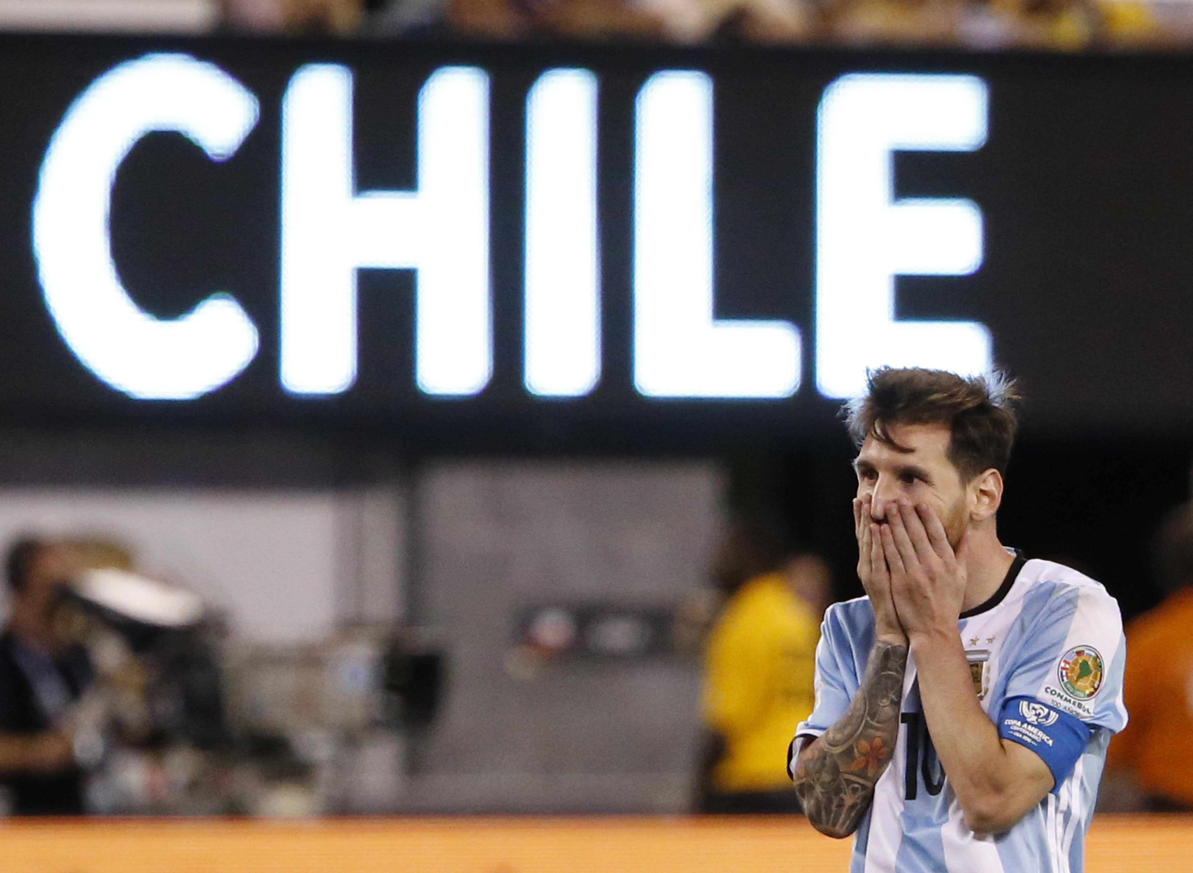 Lionel Messi kädet kasvoillaan.