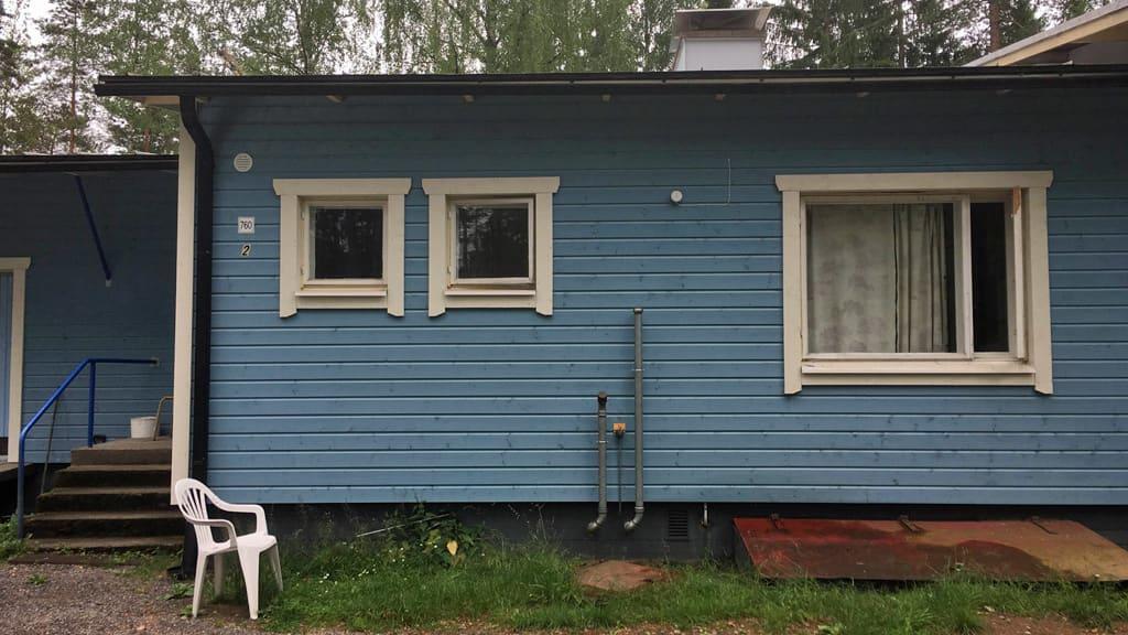 Sininen, puinen majoitustila.