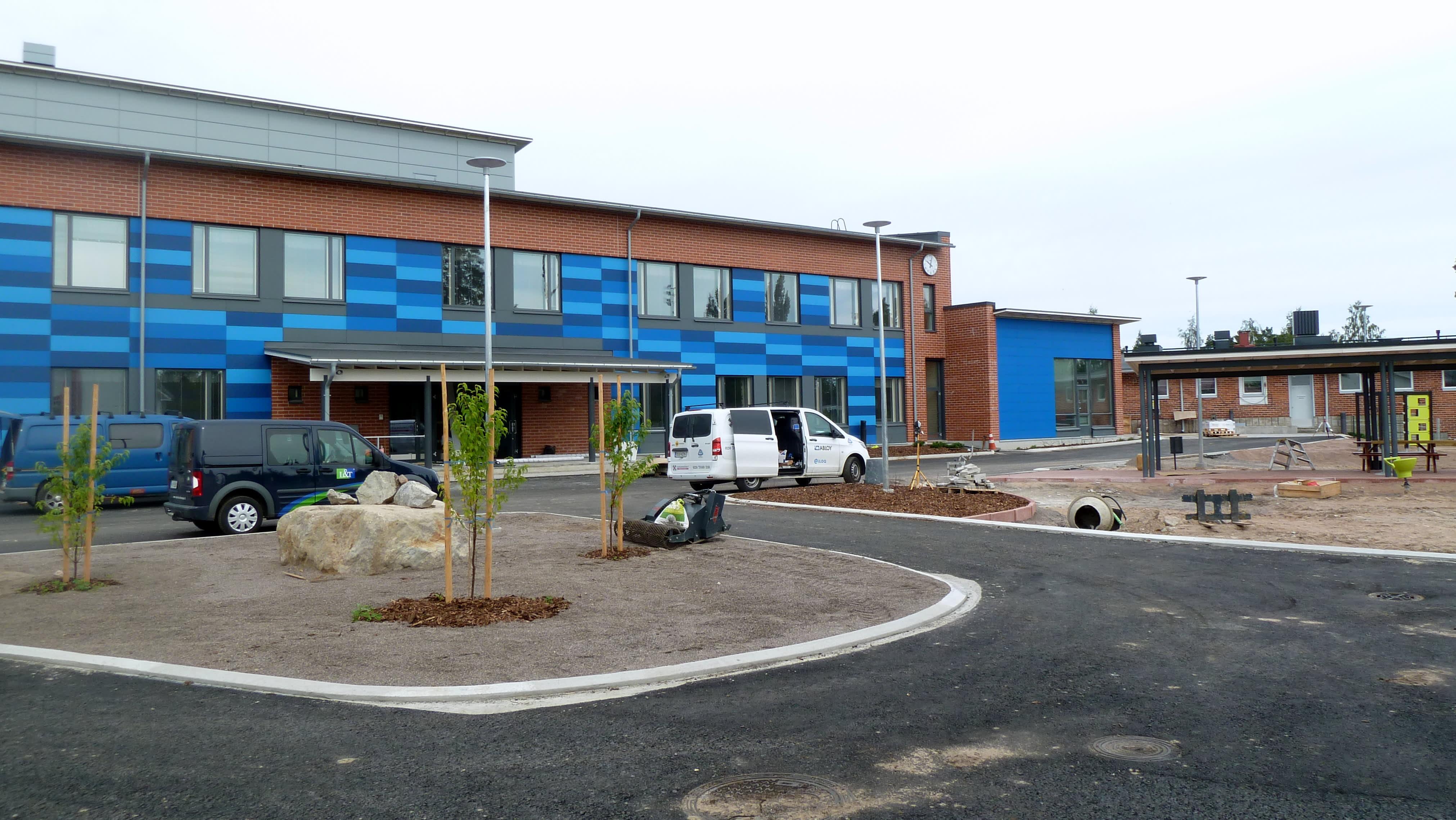 Simpeleen koulun uudisrakennus sisäpihan puolelta.