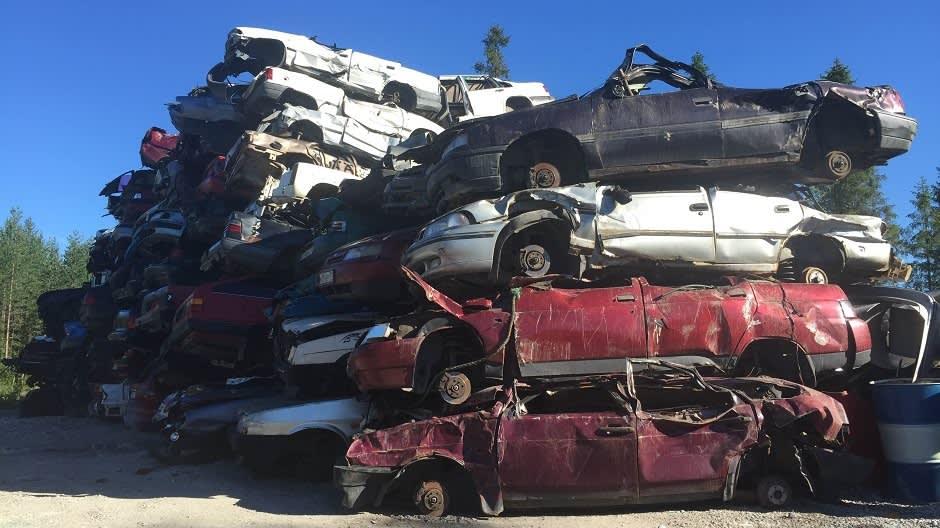 Autoja läjässä metallinkierrättämöllä.