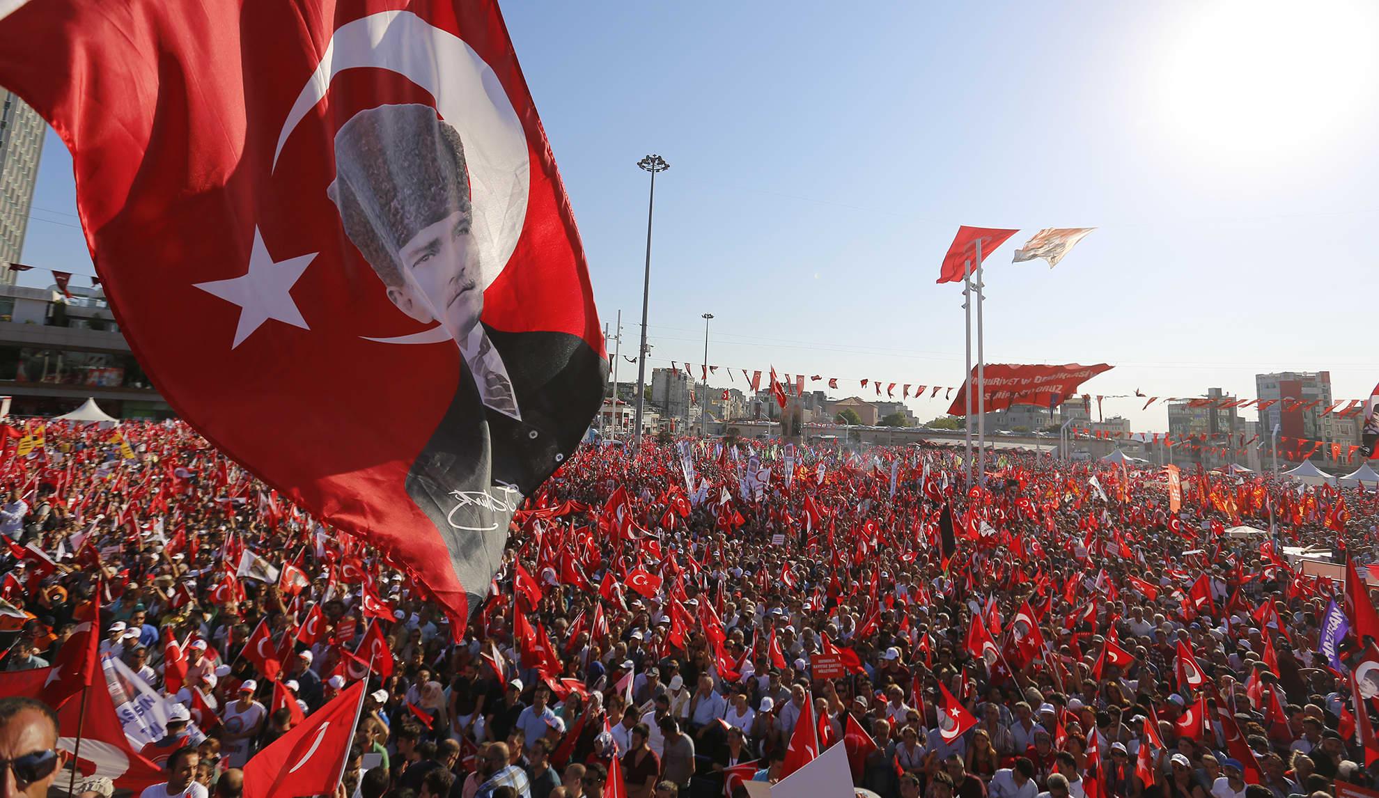 Vallankumousyrityksen vastustajat osoittivat mieltään Taksim-aukiolla Istanbulissa 24. heinäkuuta.