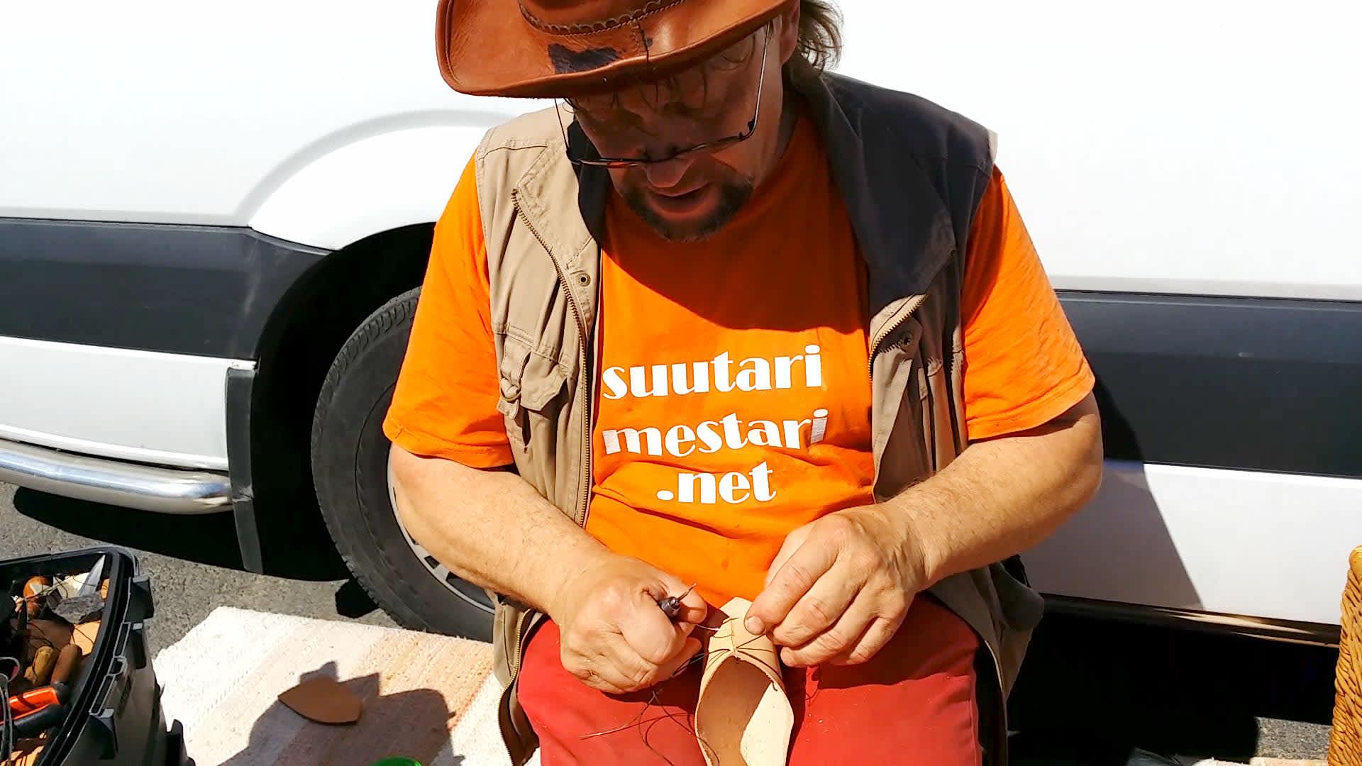 Suutari Ari Tylli  tekee suopikasta, sylissä nahkainen aihio.