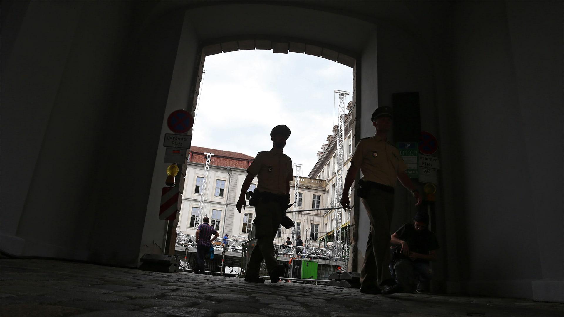 Poliiseja pimeässä porttikongissa.