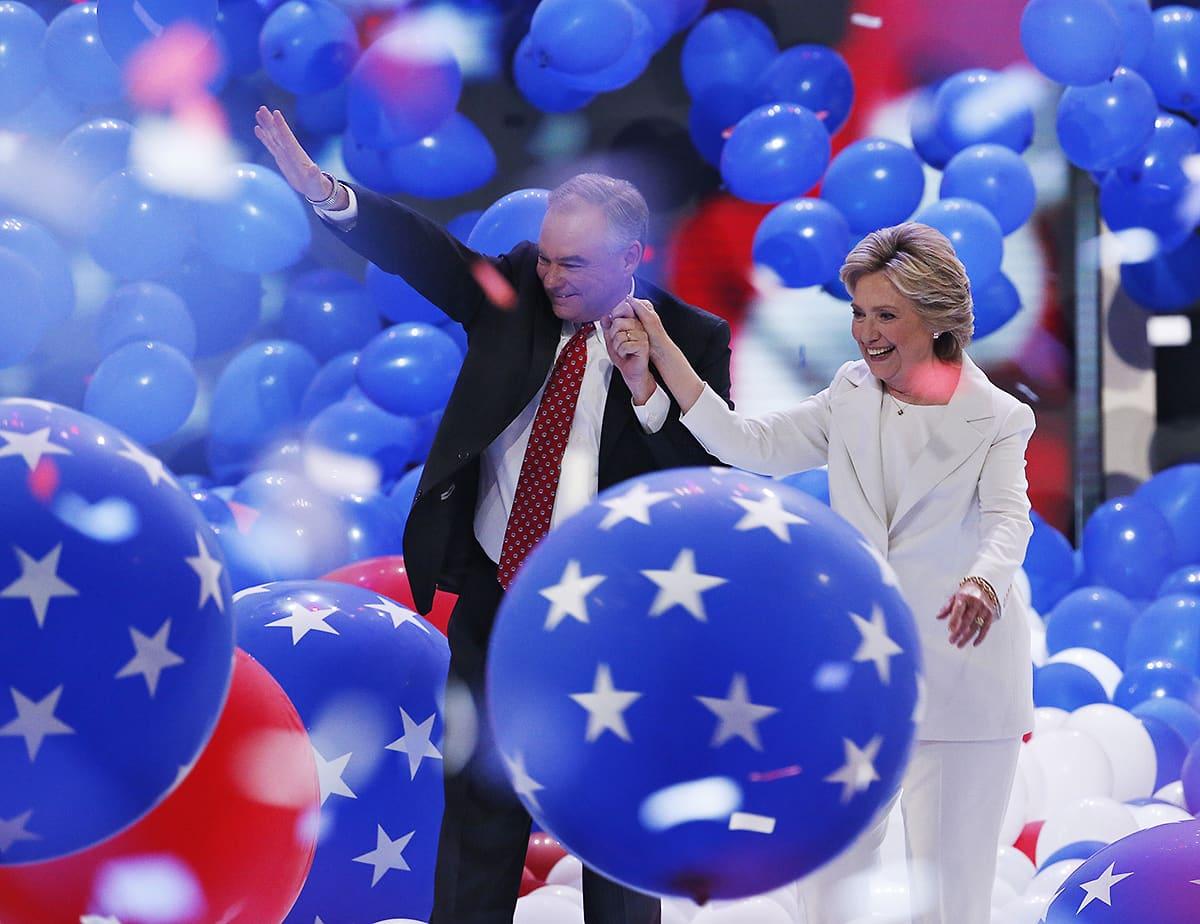 Tim Kaine ja Hillary Clinton Philadelphian puoluekokouksen loppuhuipennuksessa 28. heinäkuuta.