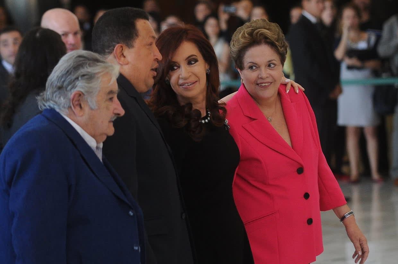 Kuvassa neljä presidenttiä seisovat rivissä, toisiinsa katsoen.