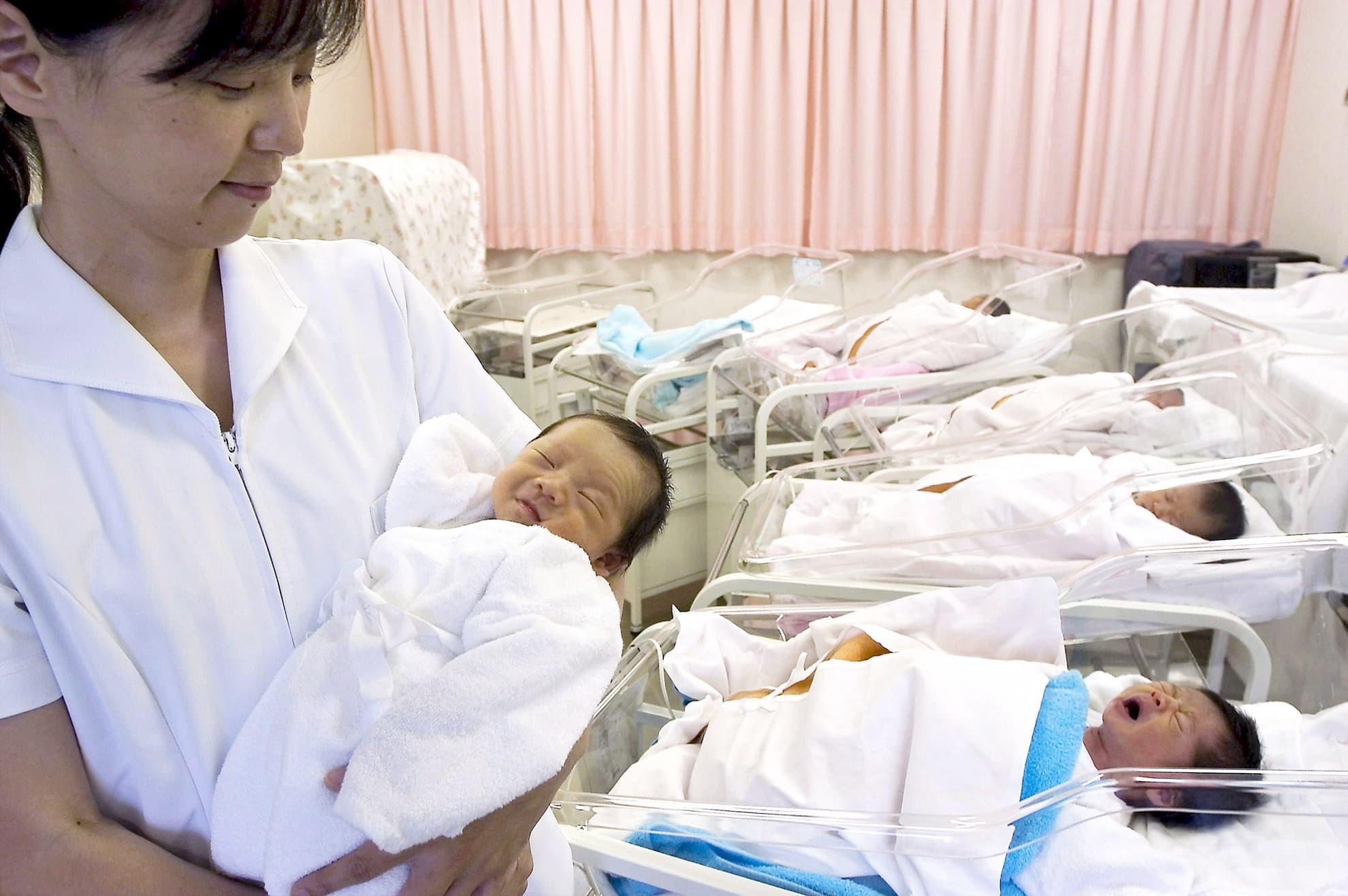 Sairaanhoitaja tokiolaissaaraalan synnytysosastolla.