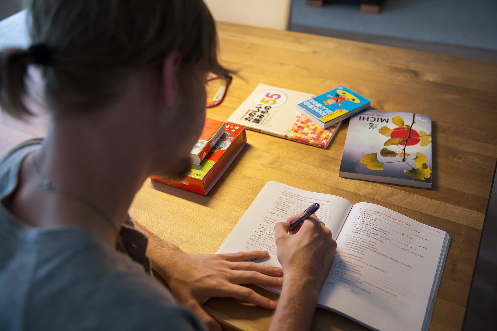 Miro Kuha opiskelee japania.