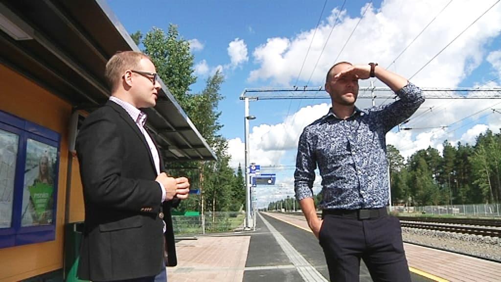 Antti Ollikainen ja Tuomas Lohi Kempeleen uudella asemalla. Johtokolmikon kuvaan ei päässyt Helsingissä töissä käyvä Janne Heikkinen.