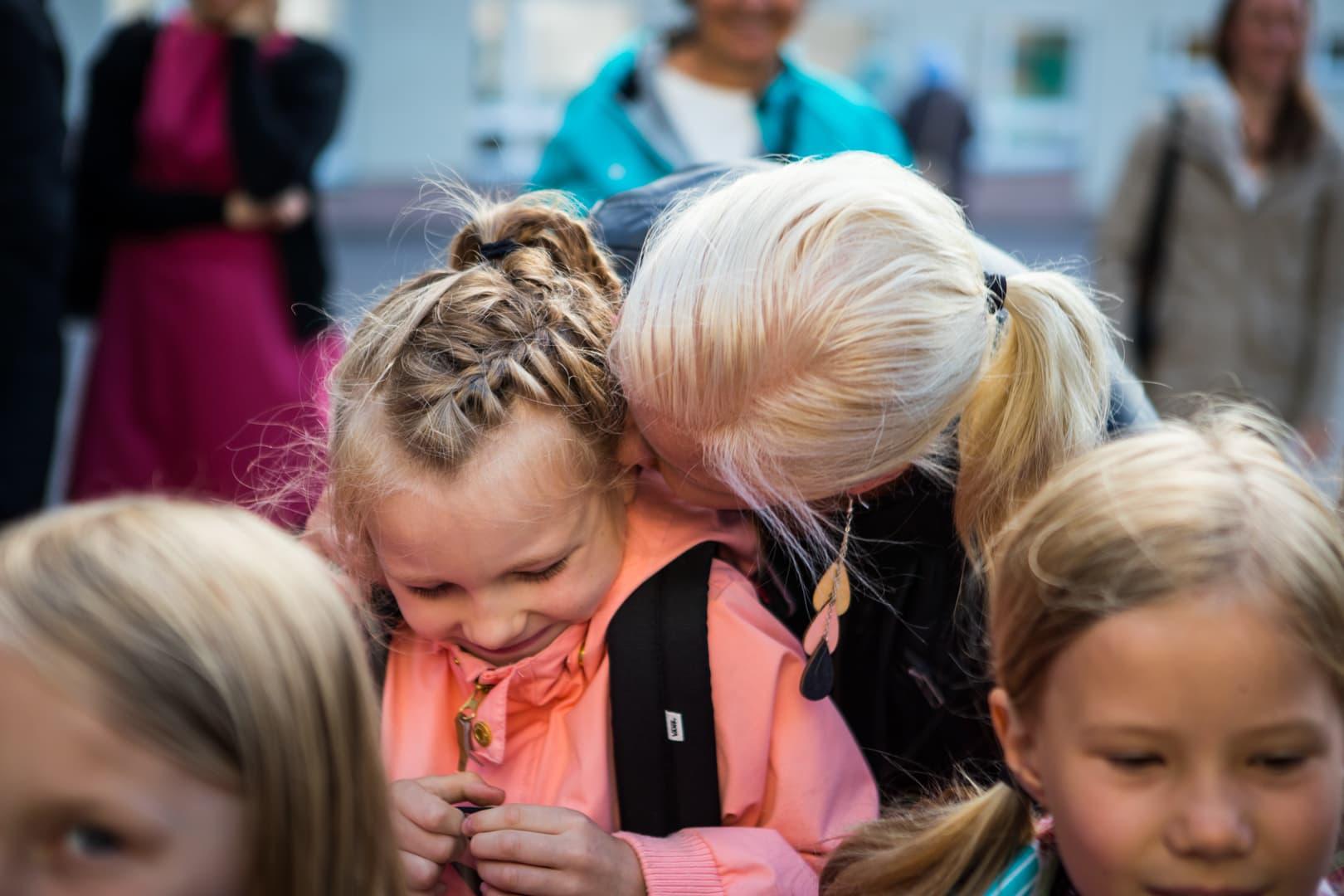 Matilda Salmi aloittaa koulunkäynnin tänään. Äiti Emilia Salmi sanoo vielä tunteelliset heipat.